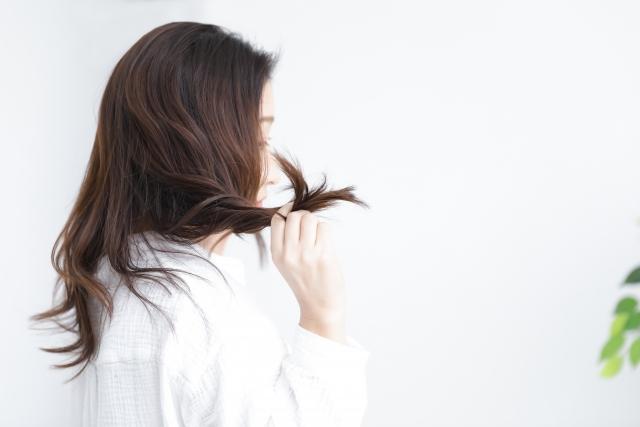 気になる産後の抜け毛・白髪の対策方法を紹介します!