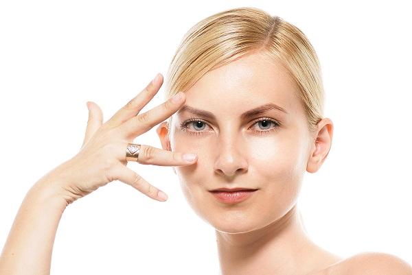 瞼のくぼみを解消するマッサージ方法!まぶたのくぼみの原因を改善